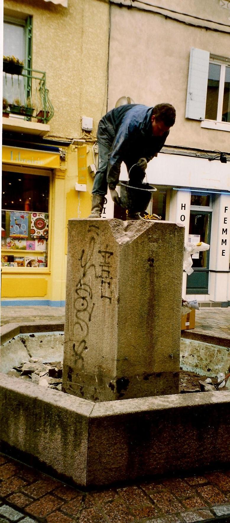 Démolition d'une fontaine en granit  rose à Fontaine sur Saône (69)
