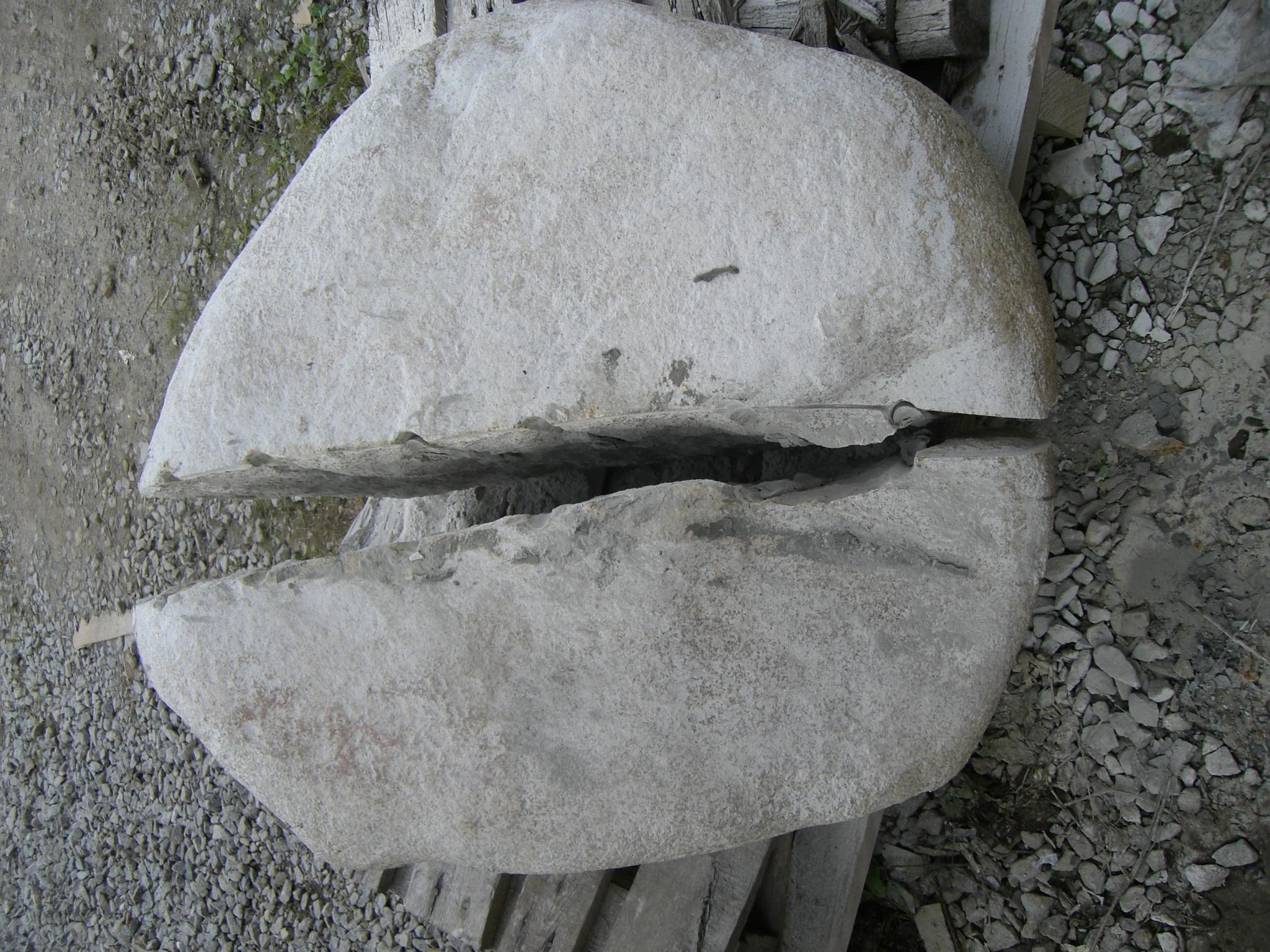 Découpe par moitié d'une boule granit  jaune de 1 500 kg